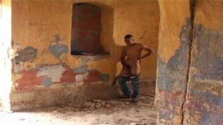 Branleur maghrébins s'astique dans un squat