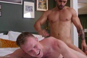 Sodomisé à 4 pattes par un arabe baraqué