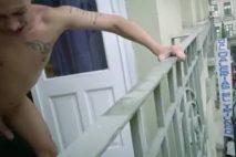 Sodomie exhibe sur un balcon devant une rue commerçante