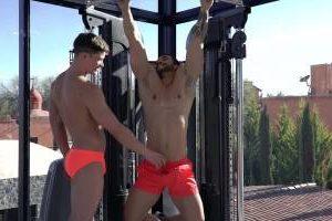 Le coach sportif Arad Winwin baise un mec à la salle de muscu