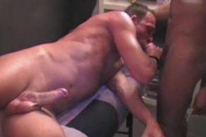 Il suce la bite de son masseur marocain (Malik)