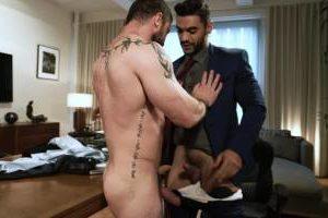 Le boss baisé sur son bureau par son employé – Arad Winwin & Sergeant Miles