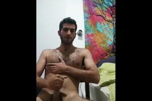 Arabe se masturbe et éjacule sur son torse poilu – snapchat gay porno