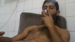 Rebeu macho se branle en fumant une clope