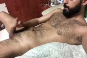 Éjac sur son torse poilu