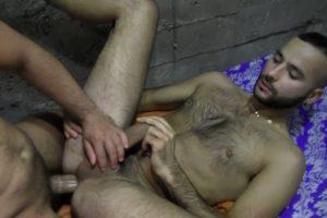 Sexe gay entre maghrébins : Kabyle se fait baiser par un poilu