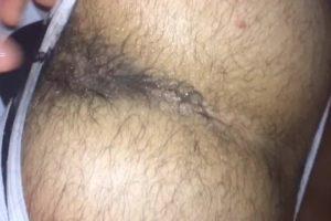 Sextape : Beur passif au cul poilu sodomisé dans capote (gros plan)